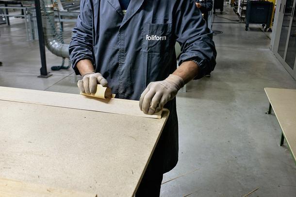 Мастера рассматривают каждый миллиметр панелей и, если находят недостатки, определяют, что может быть устранено с помощью абразивных материалов, остальное отбраковывают.