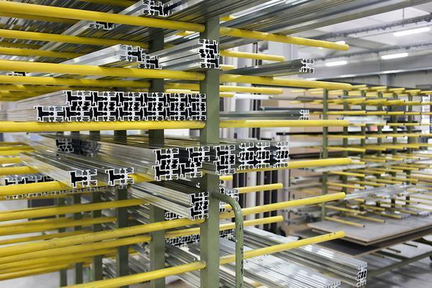 Легкие алюминиевые профили, изкоторых делают внутреннюю структуру для поддержки столешницы.