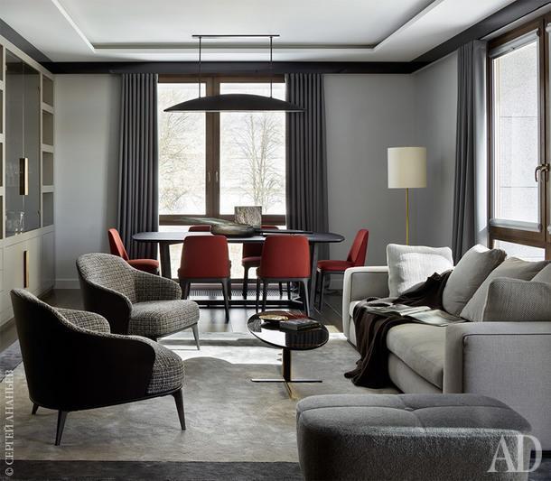 Гостиная. Диван, кресла, журнальный столик, пуф, Minotti; обеденная группа, Poliform; светильник, Kelly Westler.