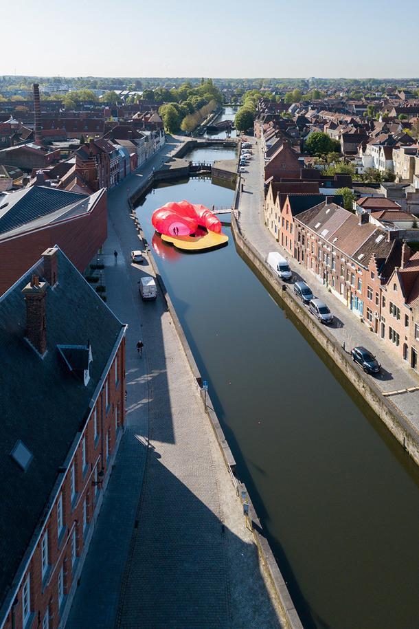 Ярко-розовый павильон на Триеннале в Брюгге
