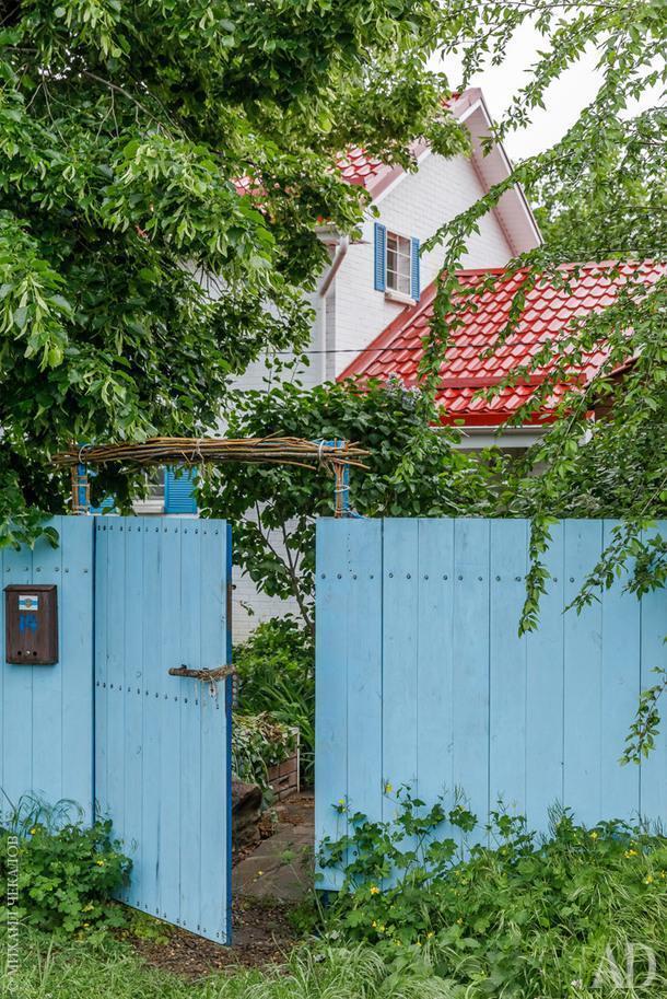 Дизайнер мечтала жить в доме из белого кирпича с красной крышей и голубыми ставнями.