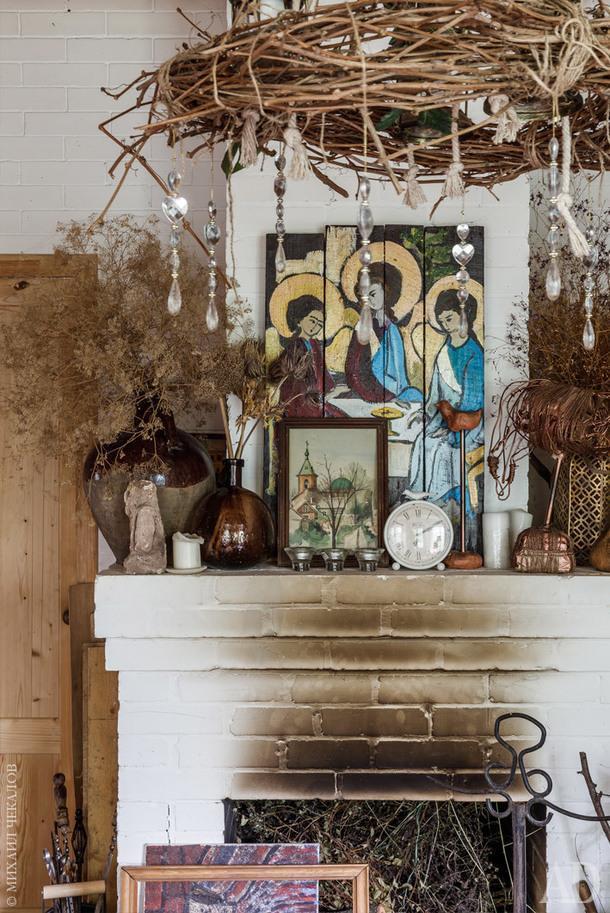 Фрагмент гостиной. На камине икона, написанная мамой, и лошадка, которую она сделала из проволоки. Люстра сделана из виноградной лозы из собственного сада.