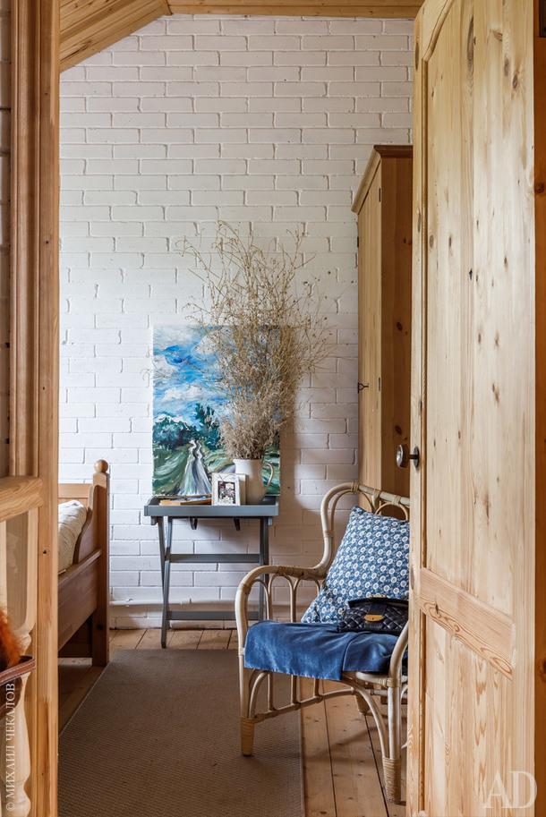 Фрагмент хозяйской спальни. На столике картина, написанная Алисой. Это ее любимый вид на деревню.