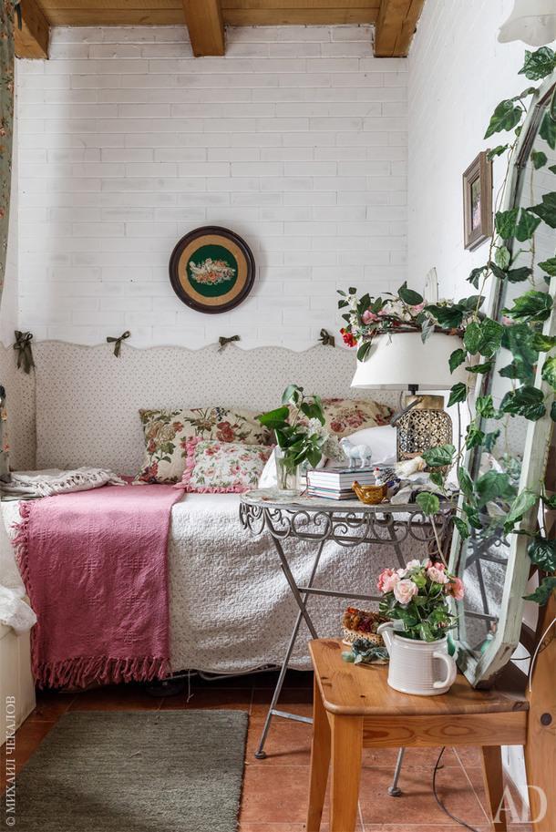 Комната мамы. Над кроватью старинная вышивка.