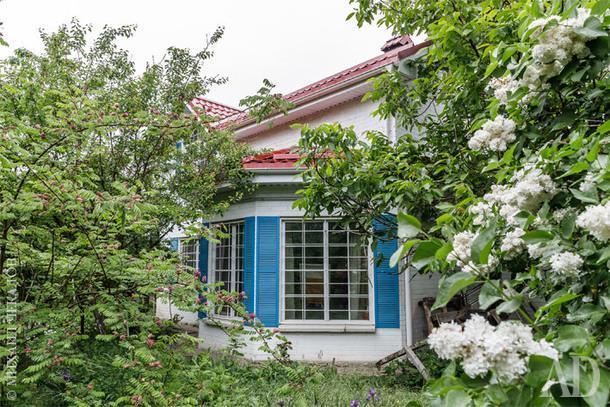 Дом окружен садом, в котором растут черешня, яблоки, груши, айва и разнообразные цветы.