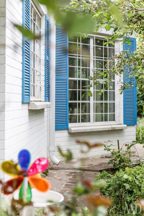 Из этого эркера открывается вид на сад, который домочадцы регулярно рисуют.