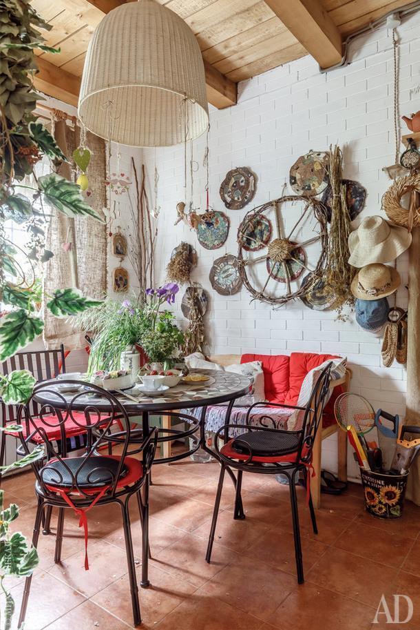Кухня. Колесо из прутьев и керамические тарелки сделаны мамой.