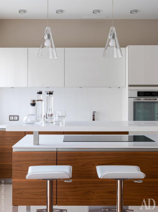 Свет – одна изважных составляющих интерьера квартиры, это видно по игре белых поверхностей мебели и бликов на стеклах. И без того большие окна, выходящие на обе стороны дома, были увеличены за счет демонтажа подоконных блоков в местах выхода на балкон и лоджию, чтобы впустить в квартиру максимум света.