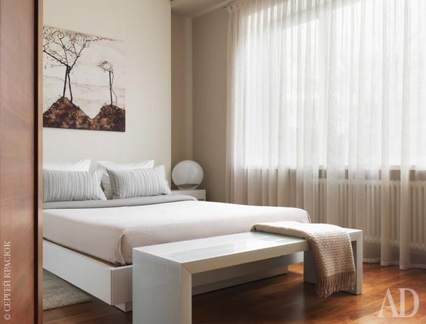 . Большая и эффектная кровать Misura Emme занимает главное место в спальне. Над изголовьем репродукция картины любимого художника хозяйки – Эгона Шиле. Долго не хотели