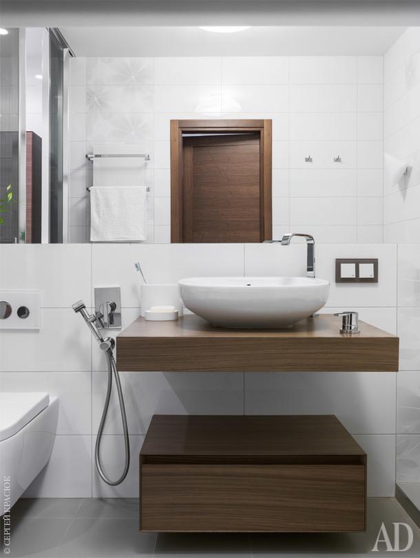 Тема сочетания легких и нейтральных светлых оттенков с деревом продолжается и в ванной. Тон задает сантехника и мебель Antonio Lupi.