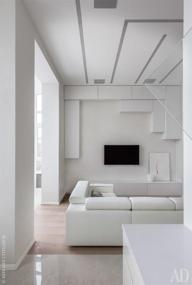 """Система модульного хранения в гостиной сделана в мастерской """"Естественный отбор"""". В интерьере предпочтение отдано линейному освещению от Panzeri."""