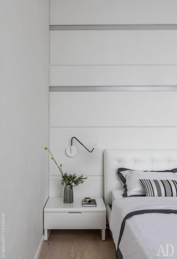 Спальня. Кожаная обивка кровати Alivar Blade сочетается с отделкой стены. Прикроватные светильники, Bover Nón Lá. Декор и пастельное бельё, Happy Collections.