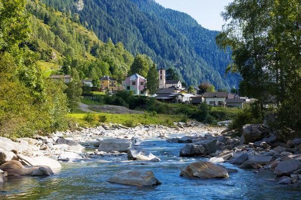 Цветной дом в швейцарской деревне