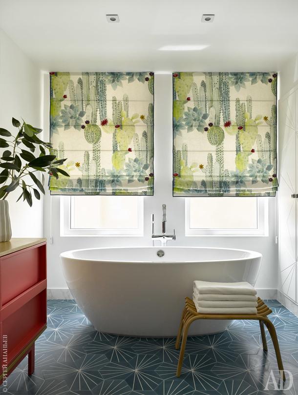 Ванная комната. Ванна, Knief; табурет, Zara Home; тумба, Miniforms; плитка, MarrakechDesign; шторы, Pierre Frey.