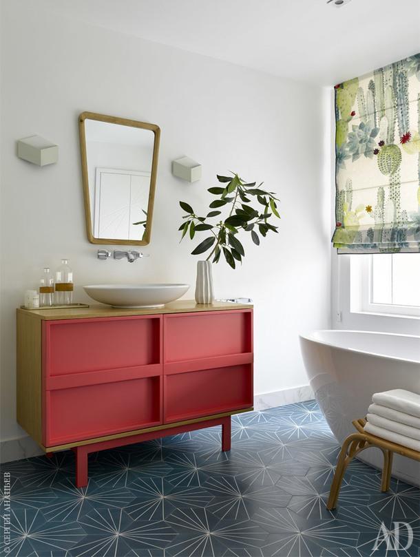 Фрагмент ванной комнаты. Ванна, Knief; зеркало, Zara Home; раквина, Villeroy & Boch; табурет, Zara Home; тумба, Miniforms; плитка, MarrakechDesign; шторы, Pierre Frey.