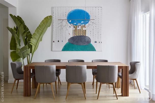 Столовая. Стол, Amon; стулья, Vetr; светильник, Moooi; картина Петра Бронфина (галерея Dio Art).