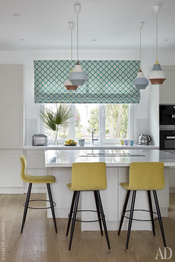 Кухня. Кухонная мебель, Gatto; бытовая техника Miele и KitchenAid; светильники Cirque, Louis Poulsen; римская штора, Kravet.