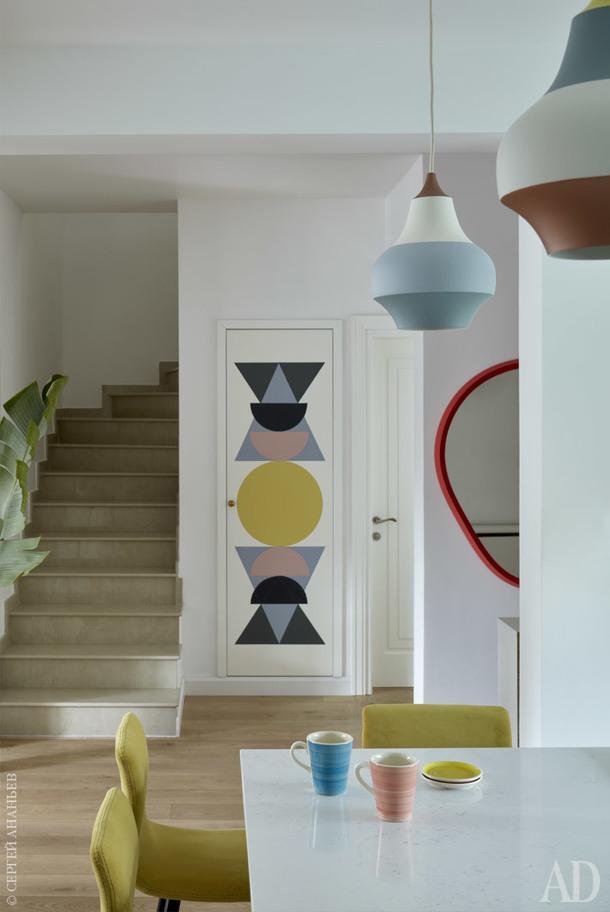 Под лестницей находится встроенный шкаф, на двери которого графичный рисунок по эскизам дизайнера.