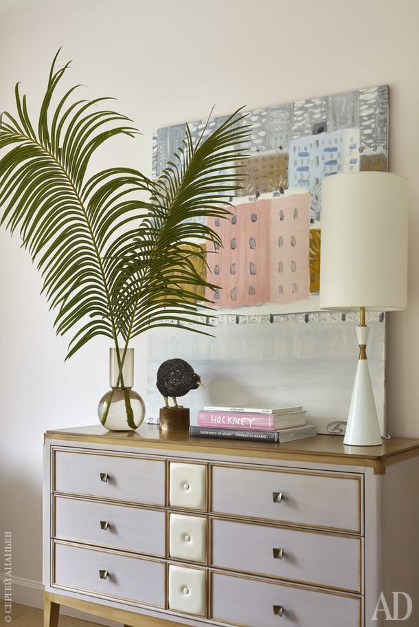 Фрагмент хозяйской спальни. Комод, Roche Bobois; настольная лампа, Any Home; работа художника Петра Бронфина (галерея Dio Art).