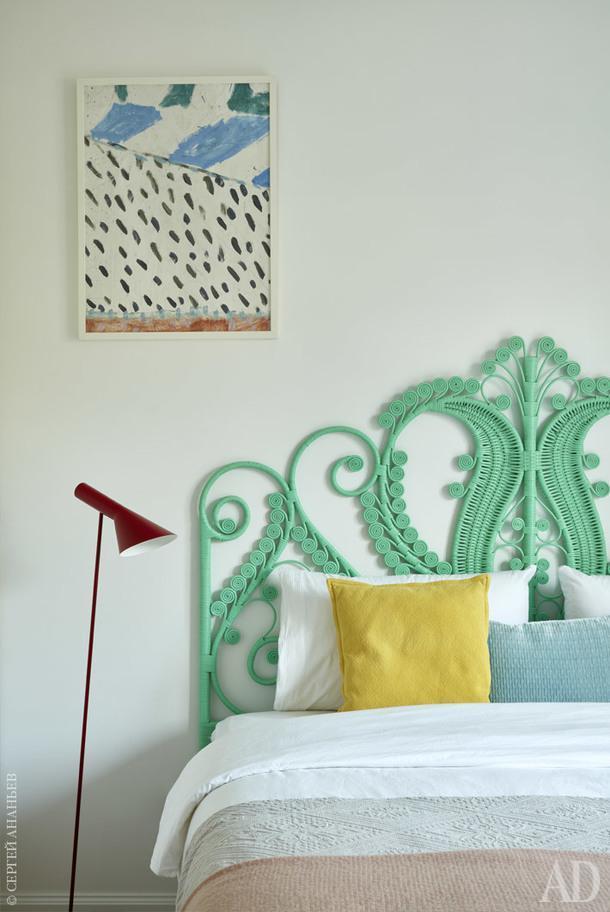 Спальня бабушки. Изголовье, The Family Love Tree; текстиль. Zara Home; торшер,Louis Poulsen.