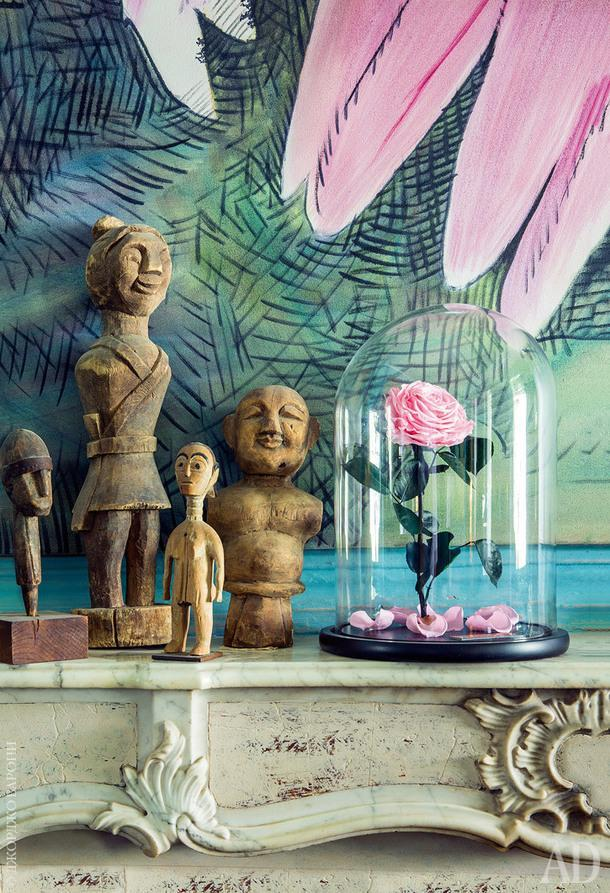 """На каминном портале фигуры, привезенные изИндонезии, Вьетнама и Африки, аеще """"вечная роза"""", которую дочке Маржолен подарил ее бойфренд изЧелябинска."""
