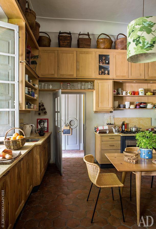 На кухне винтажные китайские корзины для рисаиглины. Стол икухонный гарнитур по дизайну студии ALM. Стулья,Feel GoodDesign.