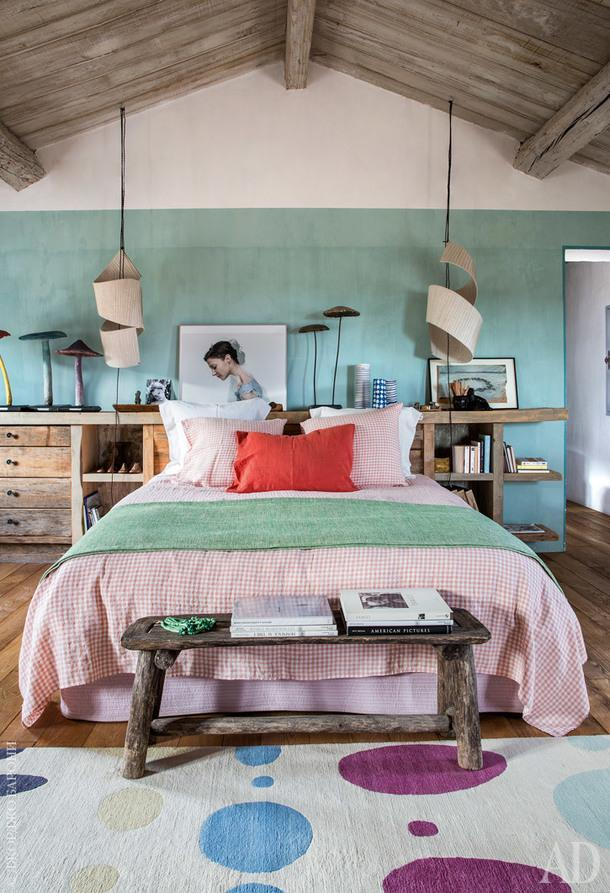 Одна из спален. Лампы подизайну студии ALM. Фотография работы Габриэль Корни; постельное белье, Society Limonta; ковер, Marni for The Rug Company.