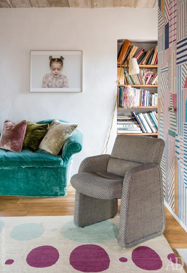 Фрагмент спальни со страницы слева. Фотография работы Габриэль Корни; кресло винтажное; обои,Hermès.