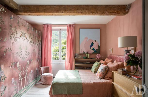 Еще одна спальня. Обои, deGournay. Картина работы Керри Армстронг; стул подизайну студии ALM; шторы, Lelièvre.