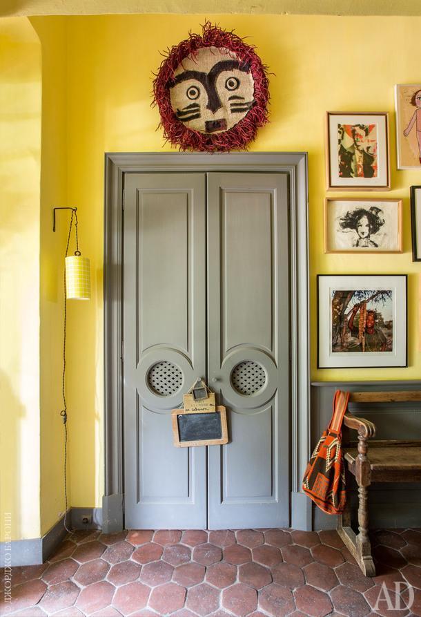 Маска из текстиля по дизайну студии ALM. Фотография на стене работы Марка Ласкомб-Уайта. Рисунок работы Франсины Демюленаре.