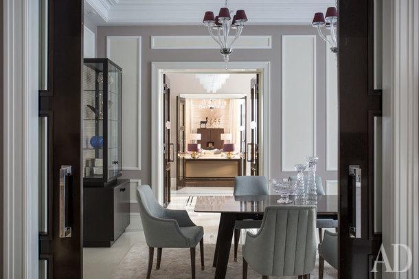 Вид из кухни на столовую, холл и гостиную. Слева витрина, изготовленная по чертежам авторов проекта, на задней стенке ткань Dedar.