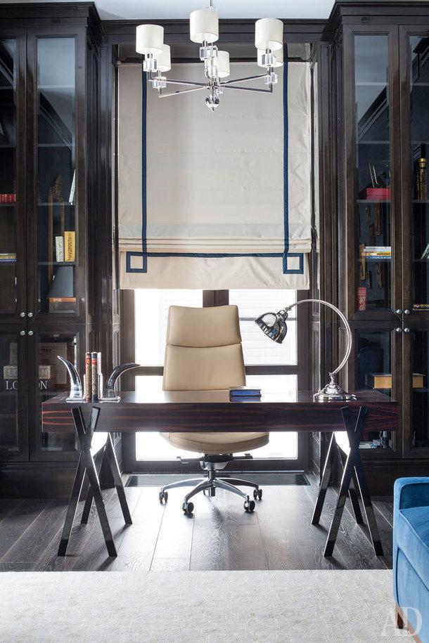 Фрагмент кабинета хозяина дома. Панели и шкафы выполнены по чертежам авторов проекта. Римская штора из тканей Dedar. Стол Dom Edizioni, люстра Vaughan, ковер Riviere rugs, рабочее кресло Mascheroni, диван The Sofa&Chair Сompany в ткани Dedar.