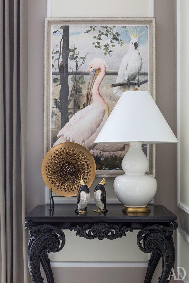 Фрагмент столовой. Консоль Chelini, Лампа Ralph Lauren Home, картина Trowbridge Gallery, декор из интерьерных магазинов в Лондоне. Портьера из ткани Dedar Contemporary.