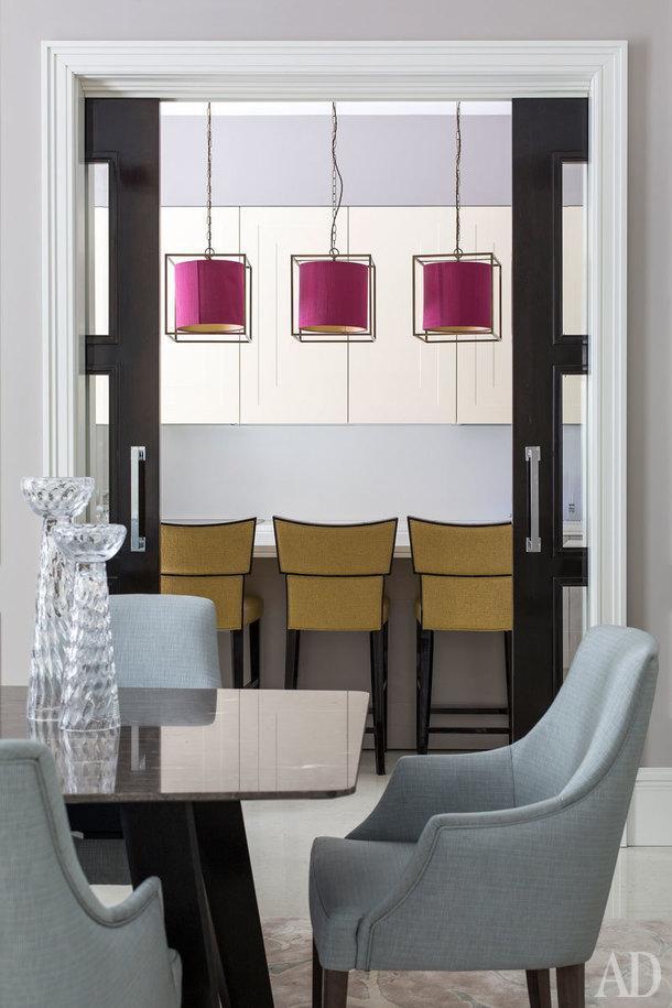 Вид из столовой на кухню. Светильники Heathfield&Co, стулья Constatini Pietro в ткани Osborne&Little, кухонный остров и фасады разработаны по эскизам авторов проекта фабрикой Aurora Cucine.