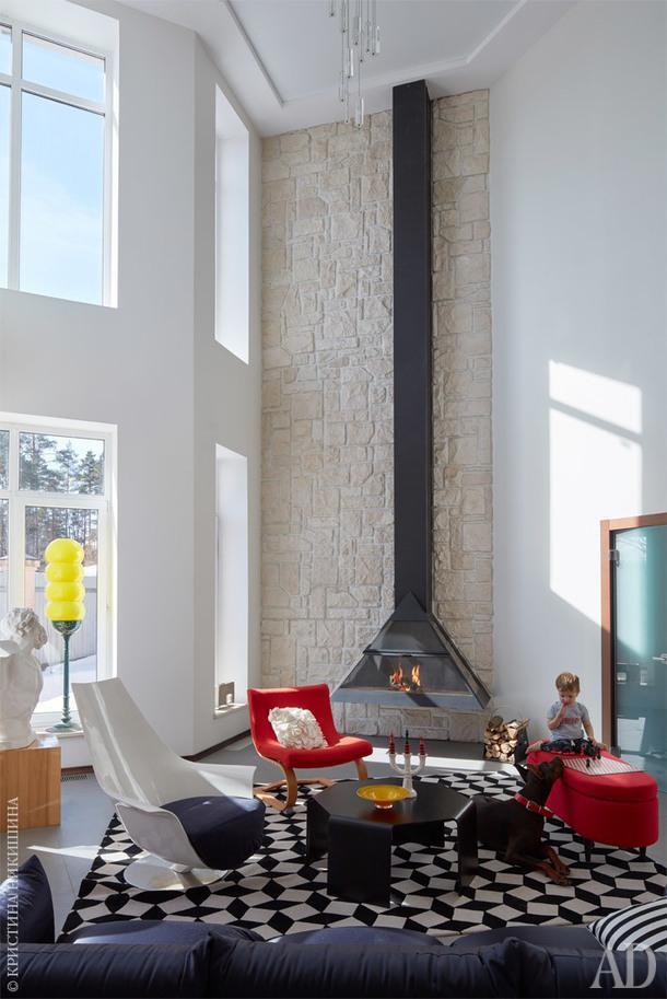 Фрагмент гостиной. Вертикальную ось держит камин, словно парящий в воздухе.