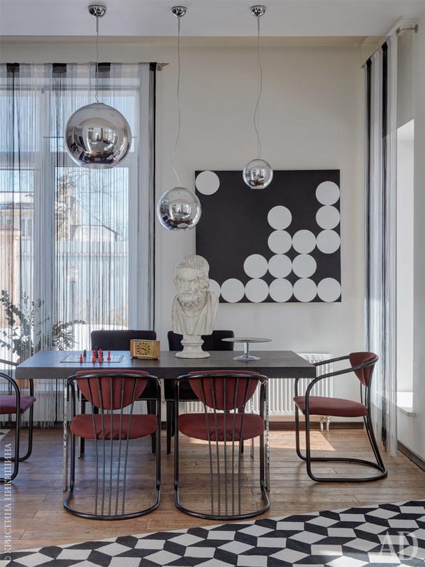 Столовая. Ковер, Art deVivre; стол, Poliform; стулья итальянский винтаж 60-х, Mobeledom; картина «Пузыри» Светланы Калимановой.