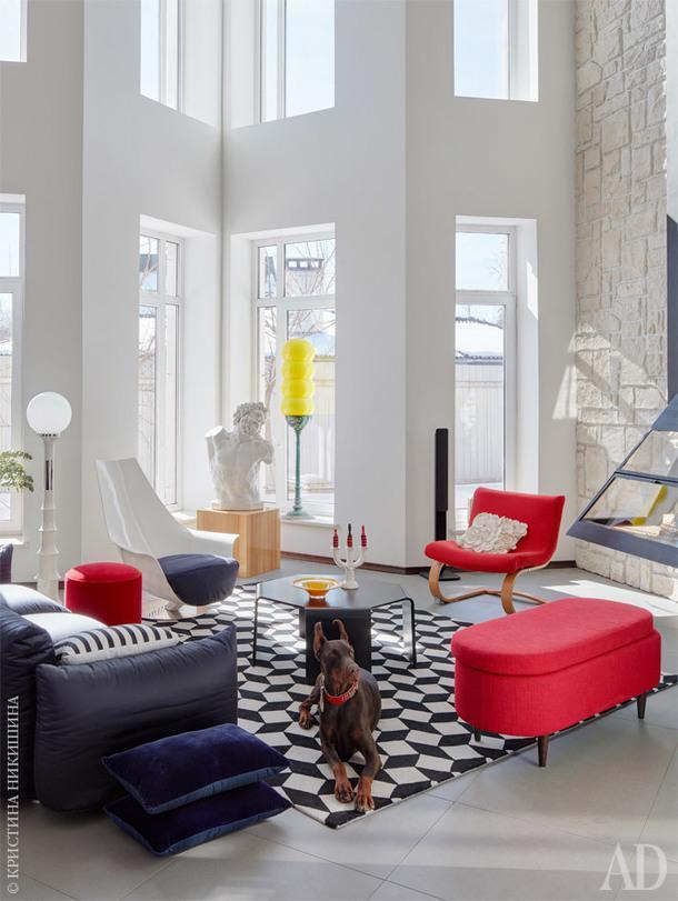 Гостиная. Желтый светильник-гусеница сделан из старых пластиковых итальянских абажуров 70-х годов, красное кресло – голландский винтаж Mobeledom; диван,Moroso; банкетка и подушки, Loffilab; ковер, Art deVivre; светильник,