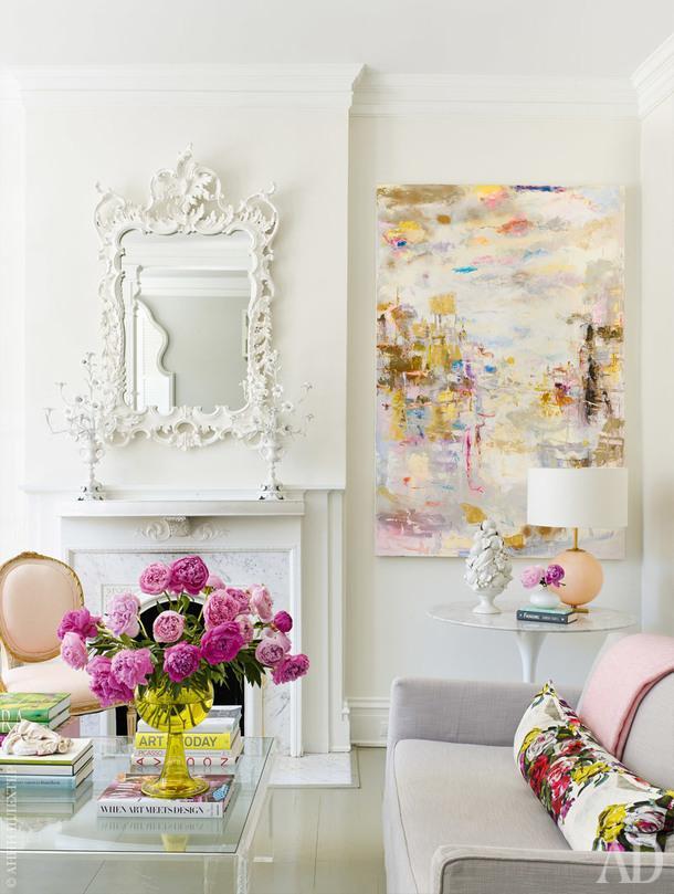 Гостиная. Диваны обиты тканью, Kravet. Настольная лампа, Visual Comfort. Настене работа Питера Фаулера.