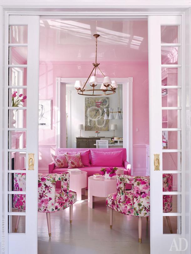 Проходная комната между столовой и гостиной. Стеныпокрыты глянцевой розовой краской. Диван обит тканью, Kravet.