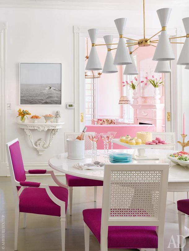 Столовая. Винтажные стулья перекрасили белой глянцевой краской, чтобы усилить контраст с тканью, Designers Guild. Пол выкрашен светло-серой краской оттенка Gray Owl, Benjamin Moore.