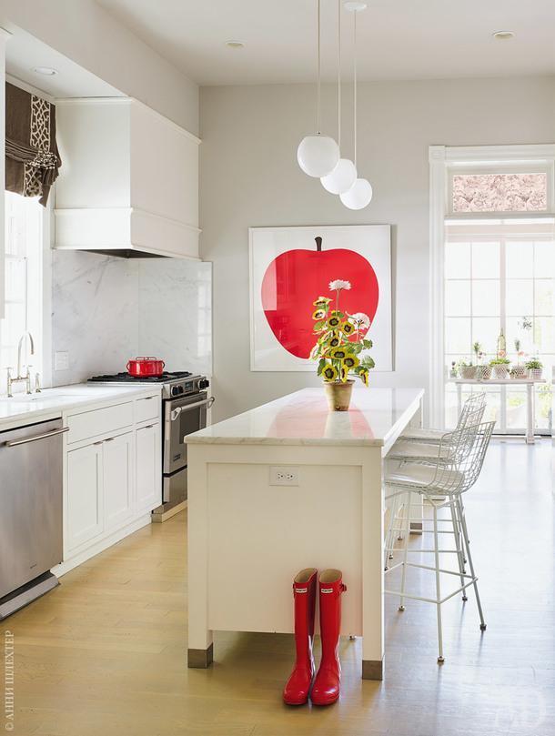 Кухня с табуретами подизайну Гарри Бертойи икрасными акцентами.