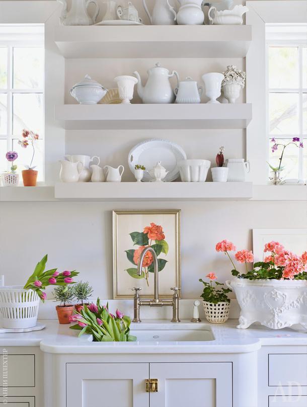 В комнате при входе вдом появились полки для коллекции фарфора иместо для составления букетов. Столешница сделана изкаррарского мрамора. Смеситель, Kohler.