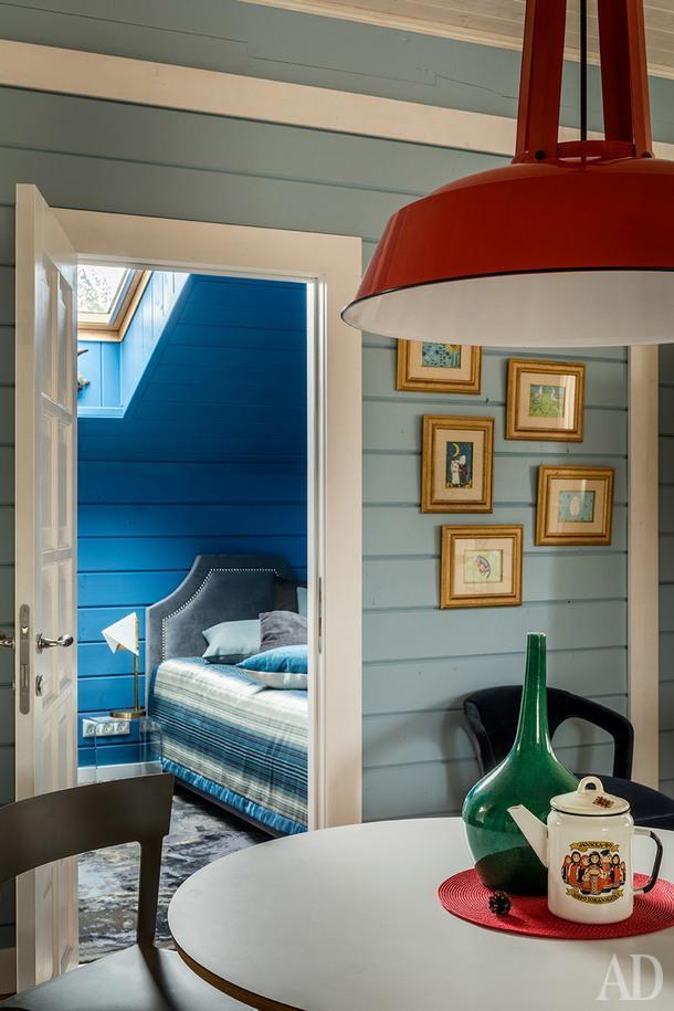 Фрагмент гостиной на втором этаже. Стулья, Calligaris; стол, Vitra; потолочный светильник и посуда винтажные.