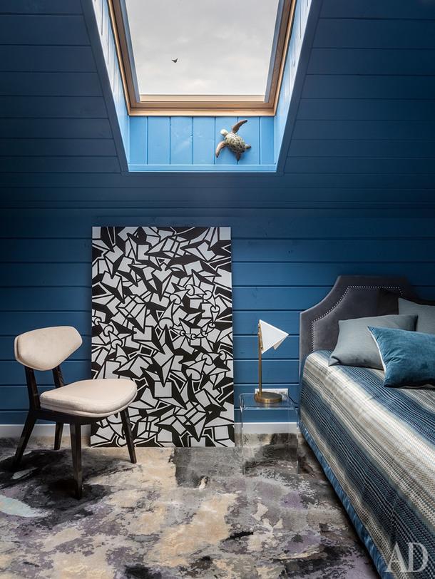Спальня мальчика. Кровать и текстиль сделаны на заказ; ковер, Tapis Rouge; стул из галереи Booroom; настольная лампа, VC Gallery; столик, Zara Home; картина художника Криса Риггса из галереи Askeri.