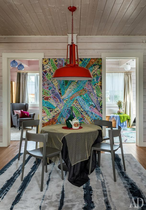 Ковер, Tapis Rouge; стол, Vitra; стулья, Calligaris; потолочный светильник и посуда винтажные; картина художника Криса Риггса из галереи Askeri; на заднем плане кресло, IKEA; антикварный деревянный сундук, на нем винтажные вязаные платки.