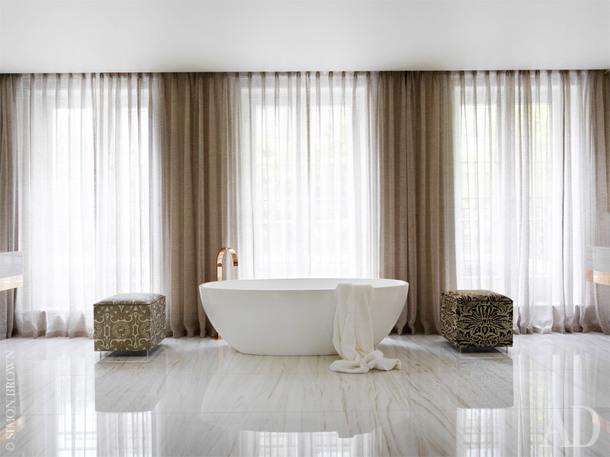 Хозяйская ванная комната. Ванна из цельного мрамора, Bianco Dolomiiti. Пуфы по дизайну Наталии Мияр обтянуты тканью Fortuny.