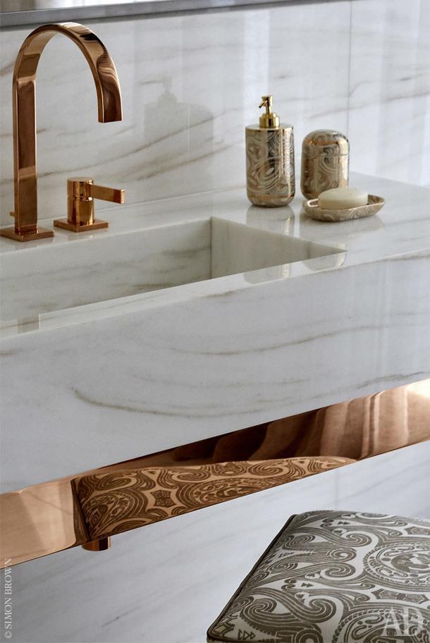Фрагмент хозяйской ванной комнаты. Пуф обтянут тканью Fortuny.