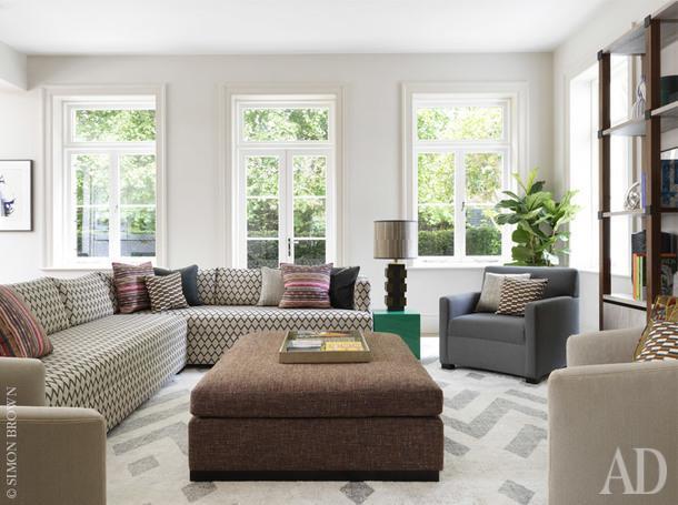 Небольшая семейная гостиная. Диван, Pierre Frey; подушки, Nina Campbell.