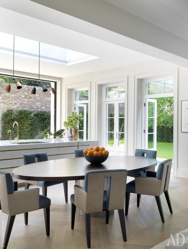 Небольшая семейная столовая, совмещенная с кухней. Стулья обтянуты тканью по дизайну Роуз Тарлоу.