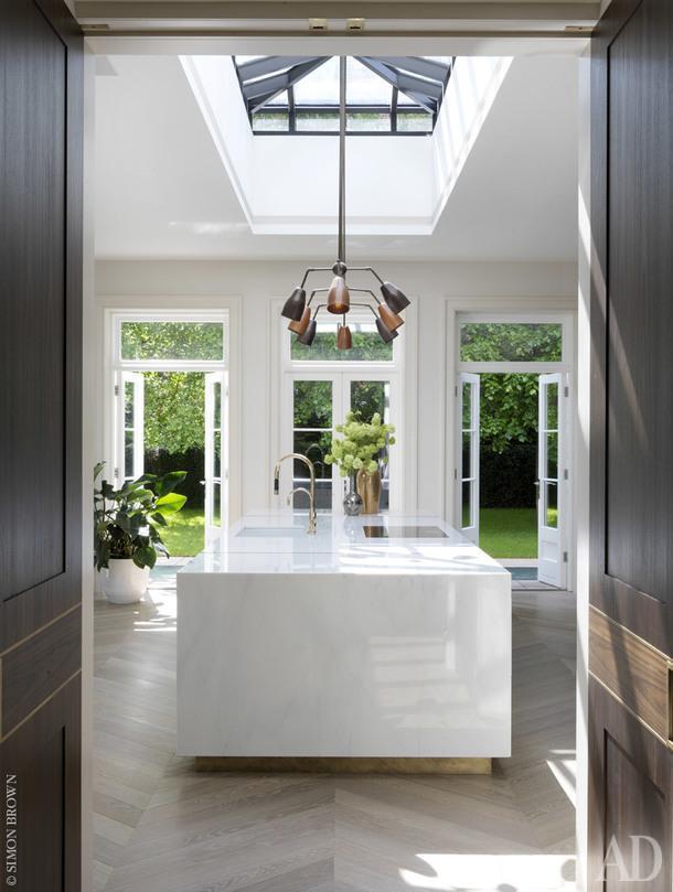 Зона кухни, которая совмещена с небольшой столовой и семейной гостиной.